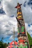 DUNCAN, KANADA - 13. AUGUST 2017: Stadttotems gegen blauen Himmel lizenzfreie stockfotos