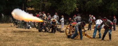 Duncan Mills, Calif/14 de julio de 2012: Canon del fuego de los hombres imagen de archivo libre de regalías
