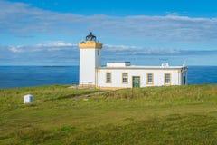 Duncansby Przewodzi latarnię morską w słonecznym dniu, Caithness, Szkocja zdjęcie stock