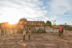 DUNDO/ANGOLA - 23 2015 KWIECIEŃ - Afrykańska wiejska społeczność, Angola Fotografia Stock