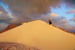 Dune dans le désert et l'homme se levant Photographie stock libre de droits