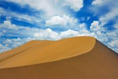 Dune de sable avec un grand ciel bleu avec des nuages, Huacachina, AIC, Pérou images libres de droits