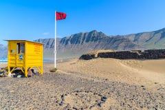 Dune de sable et cabine jaune de maître nageur Images stock
