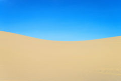 Dune de sable et ciel bleu Photographie stock