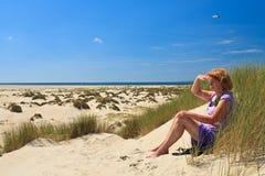 Dune di sabbia con l'erba del casco immagini stock libere da diritti