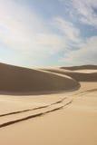 Dune di sabbia con le piste del pneumatico Fotografia Stock