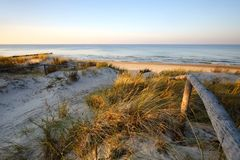 Dune di sabbia dal mare, entrante nella spiaggia durante il tramonto fotografie stock