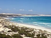 Dune di sabbia e spiaggia tropicale sulla baia Fotografia Stock