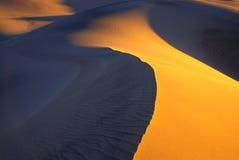 Dune di sabbia liscie al tramonto Fotografia Stock Libera da Diritti