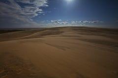Dune di sabbia nell'ambito dell'indicatore luminoso di luna piena Fotografie Stock Libere da Diritti