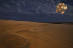 Dune di sabbia nell'ambito dell'indicatore luminoso di luna piena Immagini Stock Libere da Diritti