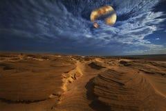 Dune di sabbia nell'ambito dell'indicatore luminoso di luna piena Immagini Stock