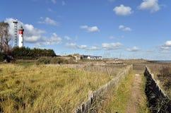Dune et phare chez Ouistreham dans les Frances Image libre de droits