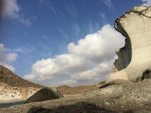 Dune fossilizzate con il cielo nuvoloso dietro immagini stock