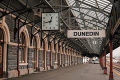 Dunedin, Neuseeland - 24. September 2016: Plattform 1 am berühmten Bahnhof in Dunedin Otago, leerer Bahnhof lizenzfreie stockbilder