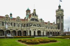 Dunedin, Nieuw Zeeland - September vierentwintigste 2016: de beroemde stationbouw in Dunedin Otago op een bewolkte dag stock foto's