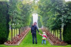 DUNEDIN, NOUVELLE-ZÉLANDE - FEBR 10, 2015 : jeune femme avec la petite fille mignonne marchant dans le jardin de château de Larna image stock
