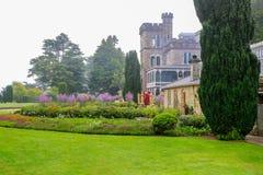 DUNEDIN, NOUVELLE-ZÉLANDE - FEBR 10, 2015 : matin brumeux dans le jardin du château de Larnach photographie stock
