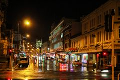 Dunedin, Nueva Zelanda - 20 de junio de 2016: calles del centro de ciudad de Dunedin durante noche en un día de invierno frío llu fotos de archivo