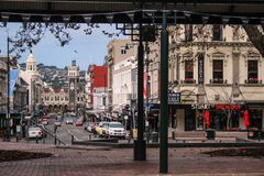 Dunedin, Nuova Zelanda - 21 giugno 2016: vista sopra il centro urbano di Dunedin dall'ottagono, dalla stazione ferroviaria di Dun immagine stock