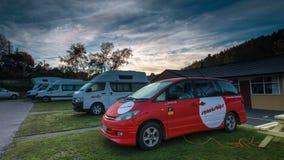 DUNEDIN, NZ - Mai 2015 - Sonnenaufgang-Zeitspanne an einem Familienpark in Dunedin, Neuseeland mit campervans geparkt stock video
