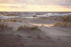 Dunes de sable à la lumière du soleil de soirée Image stock