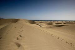 Dunes de sable avec des étapes dans le sable à l'infini Image stock
