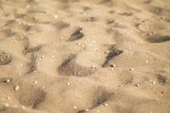 Dunes de sable avec des cailloux, angle faible Photo libre de droits