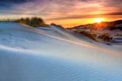 Dunes de sable avec l'herbe de casque Photos stock