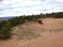 Dunes de sable avec la fille photographie stock