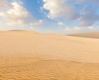 Dunes de sable blanches sur le lever de soleil, Mui Ne, Vietnam Photographie stock libre de droits