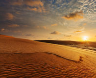 Dunes de sable blanches sur le lever de soleil, Mui Ne, Vietnam Photographie stock
