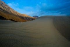 Dunes de sable dans la perspective de la montagne colorée éloignée r Photos stock