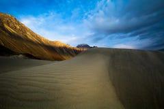 Dunes de sable dans la perspective de la montagne colorée éloignée r Image libre de droits