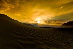 Dunes de sable dans la perspective de la montagne colorée éloignée r Photographie stock