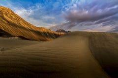 Dunes de sable dans la perspective de la montagne colorée éloignée r Photo libre de droits