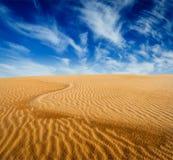 Dunes de sable de désert sur le lever de soleil Photo stock