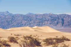 Dunes de sable en parc national de Death Valley, la Californie Photos stock