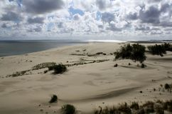 Dunes de sable et beaux nuages, broche de Curonian, Russie photos stock