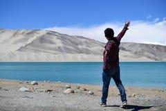 Dunes de sable et eau bleue de turquoise au lac Bulunkou sur la route de Karakoram, le Xinjiang images libres de droits