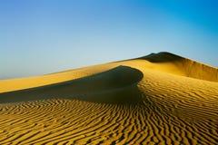 Dunes de sable sur le coucher du soleil Photos libres de droits