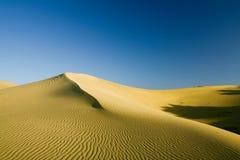 Dunes de sable sur le coucher du soleil Images libres de droits