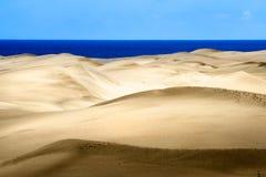 Dunes de sable sur le coucher du soleil Image libre de droits