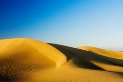 Dunes de sable sur le coucher du soleil Photographie stock libre de droits