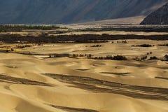 Dunes de sable sur le fond, Leh Ladakh, Himalaya, Jammu et Photo stock