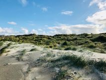 Dunes ensoleillées de la plage d'automne images stock