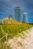 Dunes et gratte-ciel de sable dans Miami Beach, la Floride Images libres de droits