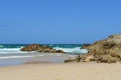 Dunes et roches sur l'océan Images stock