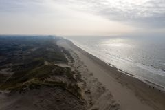Dunes néerlandaises par la mer d'en haut images stock