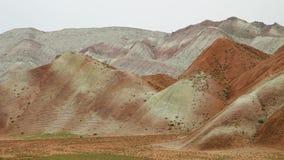 Dunes rocheuses dans le désert iranien banque de vidéos